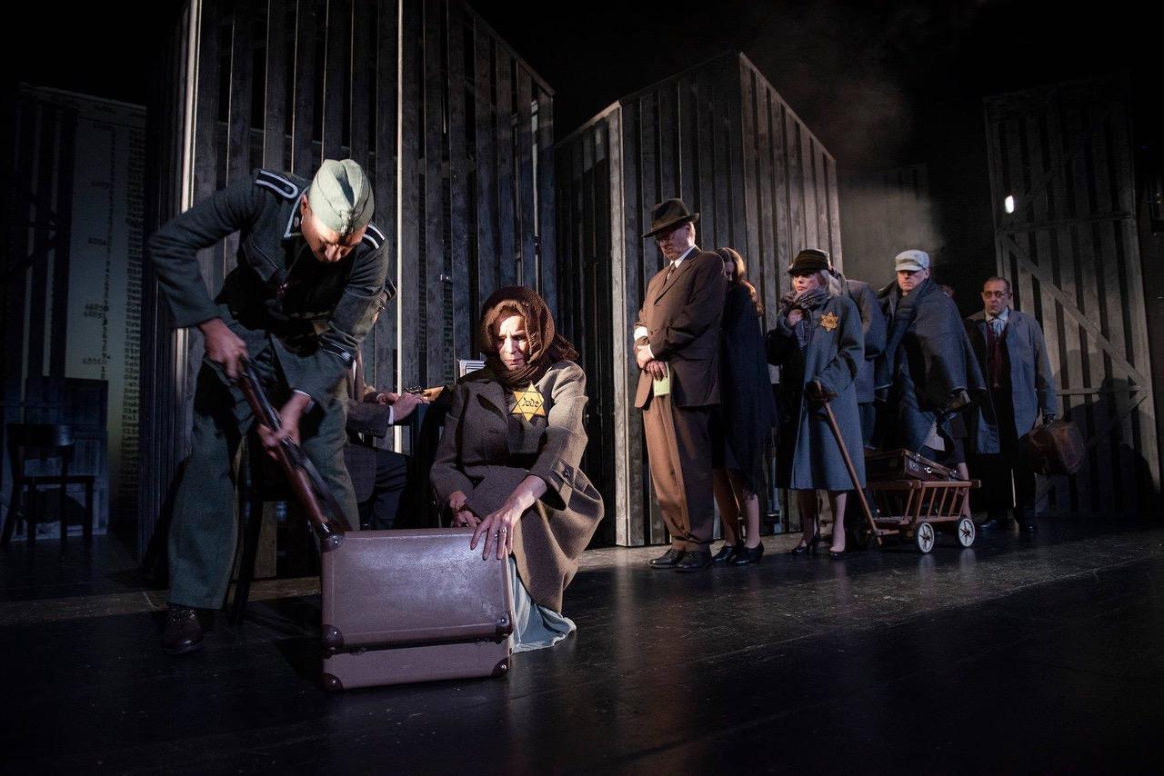 """Hannes Ducke als Itzhak Stern in """"Schindlers Liste"""" im Schlosstheater Neuwied"""