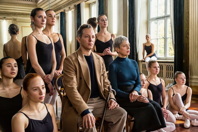 Julia Strowski als Ballett-Elevin Janine